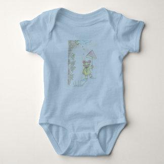 淡いブルーのTシャツ6か月のベビーの ベビーボディスーツ