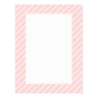 淡い色のなモモのピンクの対角線の縞 ポストカード