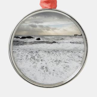 淡い色のな泡立った海の海景、アイスランド シルバーカラー丸型オーナメント