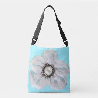 淡い色のな青緑色の白い花 クロスボディバッグ