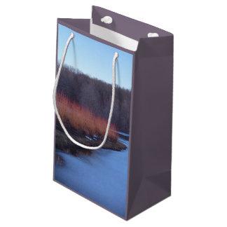 淡青色の池および赤い薮- スモールペーパーバッグ