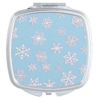 淡青色の背景の白い3D雪片
