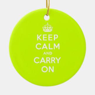 淡黄緑のKeep Calm and Carry On セラミックオーナメント