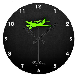 淡黄緑、ネオン緑の飛行機 ラージ壁時計