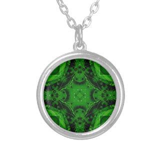 深いエメラルドグリーンの十字によって形づけられるデザイン シルバープレートネックレス