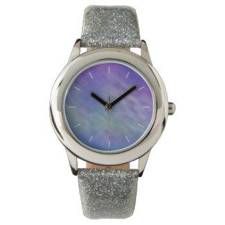 深い虹によって着色される空の背景 腕時計