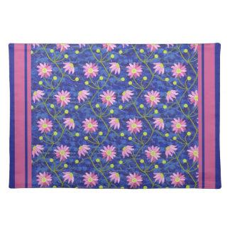 深い青のピンクのアネモネの花パターン ランチョンマット