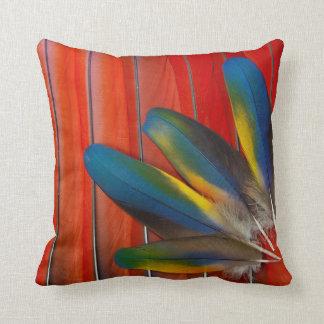 深紅のコンゴウインコの羽のデザイン クッション