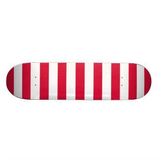 深紅色の横は縞で飾ります; ストライプの スケートボード