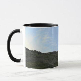 深緑色の丘の上および青空 マグカップ