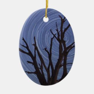 渦巻く風の裸の木を絵を描くこと セラミックオーナメント