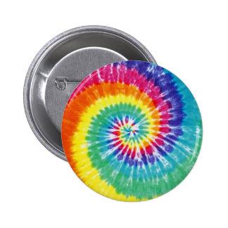 渦巻の絞り染めの多彩な虹 5.7CM 丸型バッジ