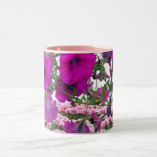 温室のピンクのペチュニア ツートーンマグカップ