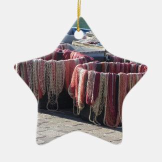 港のカラフルな漁網。 タスカニー セラミックオーナメント