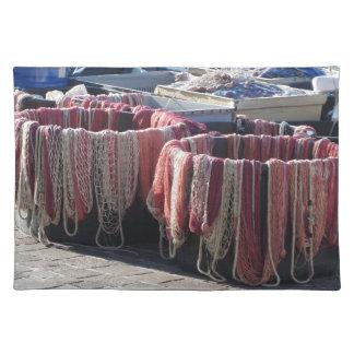 港のカラフルな漁網。 タスカニー ランチョンマット