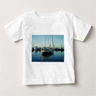 港を去っている濃紺のSloop ベビーTシャツ