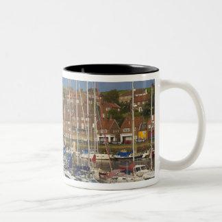 港、Whitby、ノースヨークシャー州、イギリス ツートーンマグカップ
