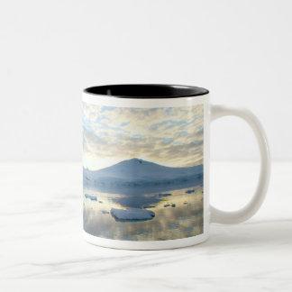 港Lockeroyのまわりの山地 ツートーンマグカップ