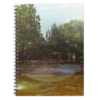 湖からの屋外の海岸線の眺め ノートブック