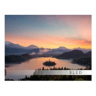 湖によって出血させるバーの郵便はがき上の日の出 ポストカード