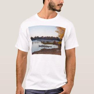 湖による水上飛行機 Tシャツ