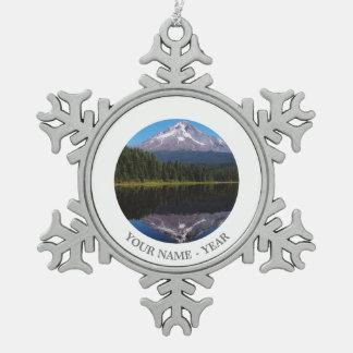湖に反映される山のフード スノーフレークピューターオーナメント