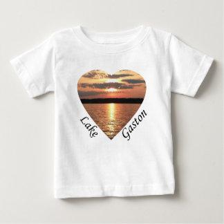 湖のガストンの文字との湖のガストンの日没のハート ベビーTシャツ