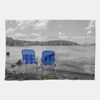 湖のグレースケールの申し分のない日 キッチンタオル