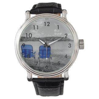 湖のグレースケールの申し分のない日 腕時計