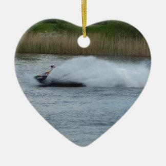 湖のジェット機のスキーヤー セラミックオーナメント