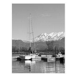 湖の写真の白黒ヨット 葉書き