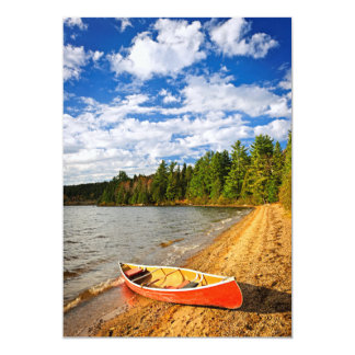 湖の海岸の赤いカヌー カード