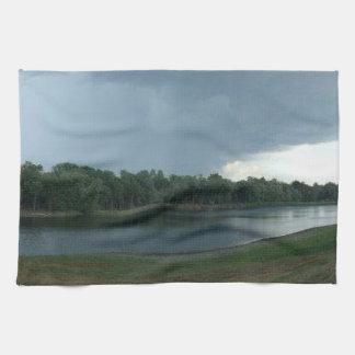 湖の谷上の暗く威嚇的な嵐雲 キッチンタオル