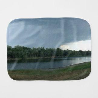 湖の谷上の暗く威嚇的な嵐雲 バープクロス