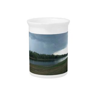 湖の谷上の暗く威嚇的な嵐雲 ピッチャー