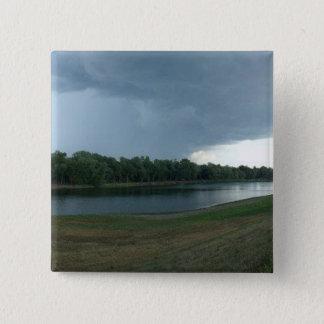 湖の谷上の暗く威嚇的な嵐雲 5.1CM 正方形バッジ