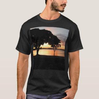 湖のOsborneの日没のティー Tシャツ