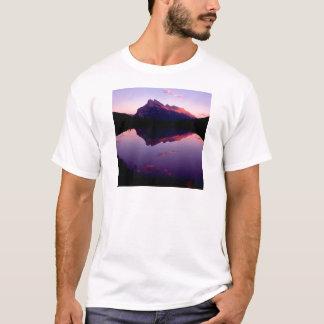 湖のRundle公園のカナダ人ロッキー山脈 Tシャツ