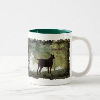 湖を見落としているドーベルマン犬 ツートーンマグカップ