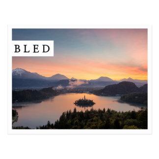 湖上の日の出は白い端の郵便はがきを出血させました ポストカード