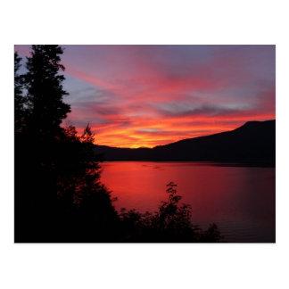 湖上の美しく赤い日の出 ポストカード