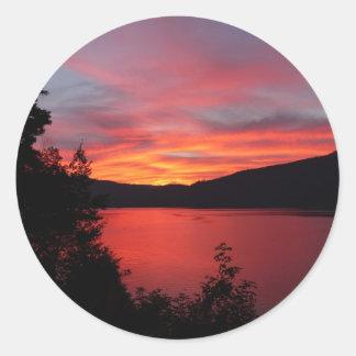 湖上の美しく赤い日の出 丸形シールステッカー