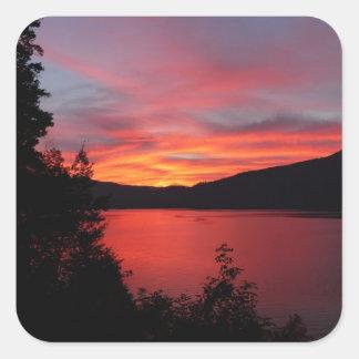 湖上の美しく赤い日の出 正方形シール・ステッカー