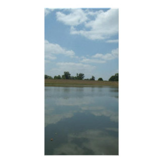 湖水は空の柔らかく白い雲を反映します カード