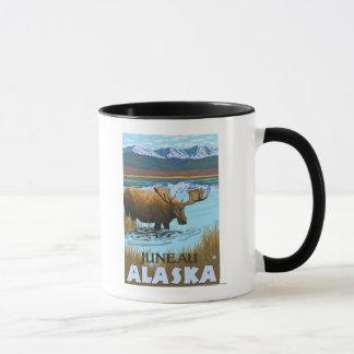 湖-ジュノー、アラスカで飲んでいるアメリカヘラジカ マグカップ
