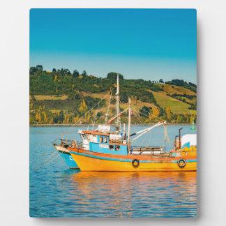 湖、Chiloe、チリの漁船 フォトプラーク