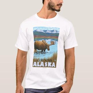 湖- Cordova、アラスカで飲んでいるアメリカヘラジカ Tシャツ