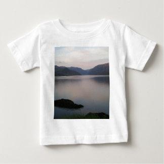 湖Assynt、サザランド ベビーTシャツ