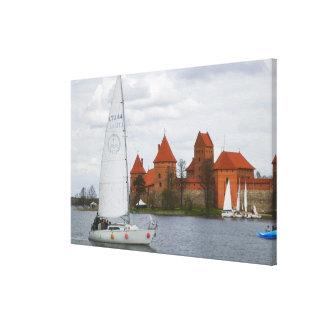 湖Galveによる島の城が付いている帆ボート、 キャンバスプリント