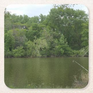 湖Lanscapeの前に休む魚釣りのポスト スクエアペーパーコースター